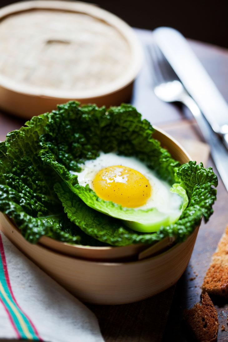 Huevo al vapor en hojas de col. Receta de Montse Vallory. Foto: Pau Esculies